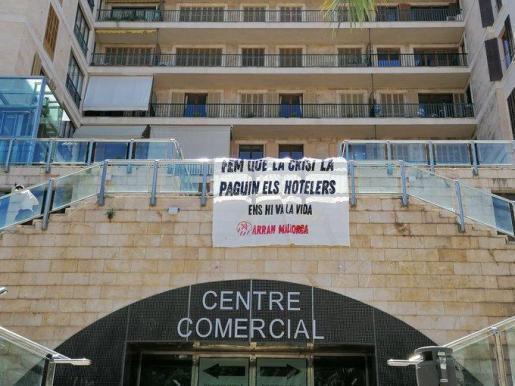 Pancarta de Arran en las ecalinatas de la plaza Mayor de Palma.