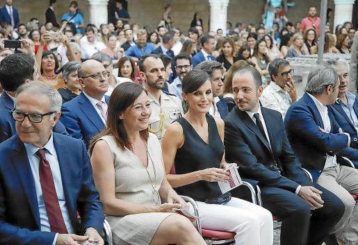 La Reina, entre la presidenta Armengol y Jaume Ripoll, director del festival, el pasado julio de 2019 en la inauguración del Atlàntida Film Fest en el Castell de Bellver.