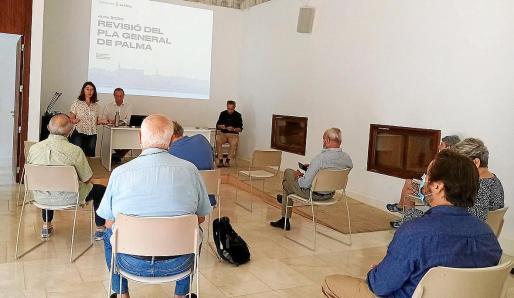 El equipo de gobierno presentó ayer por la mañana las grandes líneas del nuevo planeamiento urbanístico al Consell de Model de Ciutat i Urbanisme, un órgano consultivo, de asesoramiento y debate del que forman parte entidades vecinales, cívicas y los partidos de la oposición.