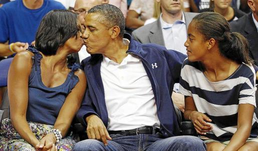 El polémico beso del presidente Barack Obama y su esposa, Michelle Obama durante un partido de baloncesto.