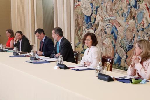 El rey Felipe VI (3d) preside el Consejo de Seguridad Nacional junto al presidente del Gobierno, Pedro Sánchez (3i), la vicepresidenta primera, Carmen Calvo (2d), el vicepresidente segundo, Pablo Iglesias (2i), la vicepresidenta tercera, Nadia Calviño (d), y la vicepresidenta cuarta, Teresa Ribera (i), este lunes, en el Palacio de la Zarzuela en Madrid.