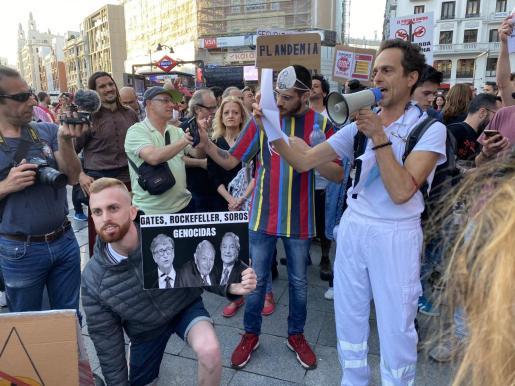Ángel Ruiz Valdepeñas, facultativo de Urgencias del hospital de Formentera, niega la pandemia, cuestionó la eficacia de las mascarillas y llamó a «vivir en la normalidad»