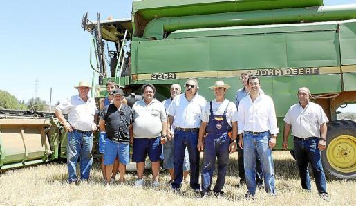 El conseller Company, el alcalde Sagreras y el presidente de Asaja, con los propietarios de la finca de Son Xorc. Momento de la cosecha del campo de cereales.