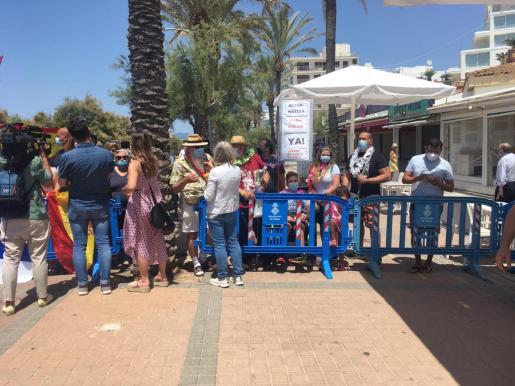 Integrantes de Crida per Palma y la Plataforma Stop Desahucios, este jueves en la Playa de Palma protestando ante la visita de los Reyes a Mallorca.