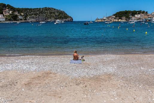 Una mujer toma el sol en la playa de Sóller este jueves.