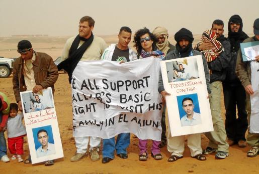 Imagen de Enric Gonyalons durante un acto reivindicativo con los saharauis, con los que pasaba largas temporadas, ya que es una persona muy comprometida.