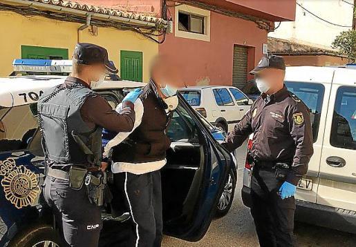 Dos policías custodian al detenido, el pasado abril, en Palma.