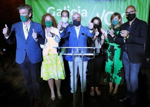 El vicepresidente de Vox Jorge Buxadé (c), acompañado por los candidatos de las cuatro provincias de Galicia, durante la tradicional pegada de carteles que da inicio hoy jueves a la campaña electoral en la comunidad gallega, con vistas a las elecciones del 12 de julio.
