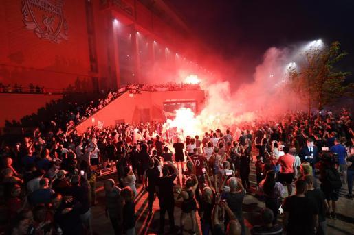 Delirio junto a Anfield. Miles de aficionados salieron a las calles para festejar un título histórico, a pesar de que el coronavirus sigue presente.