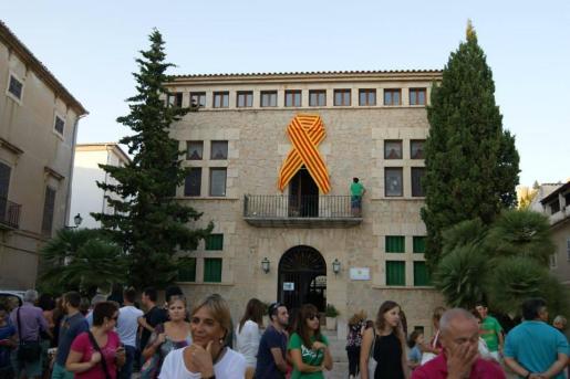 Fachada del Ajuntament d'Artà con el lazo cuatribarrado en la legislatura de Bauzá.