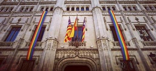 La fachada de la sede del gobierno insular, engalanada con la bandera arcoiris.