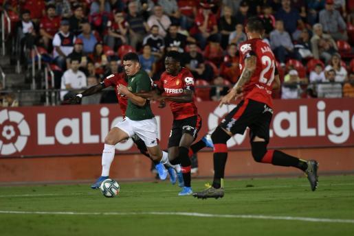 Un momento del partido disputado la presente temporada en Palma entre el Real Mallorca y el Athletic Club.