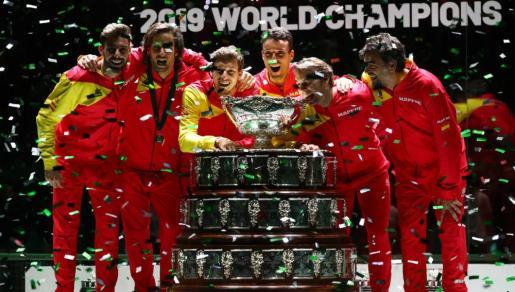 El equipo español de Copa Davis, con Rafael Nadal, posa con el trofeo ganado en 2019.