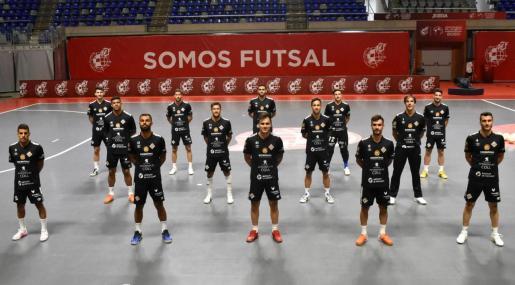 Los jugadores del Palma Futsal posan sobre el parqué del Martín Carpena, donde este mediodía se jugarán la clasificación para la que sería su primera final del playoff por el título de Liga de la Primera División frente al Movistar Inter madrileño.