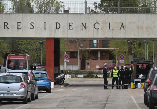 Varios efectivos de la Unidad Militar de Emergencias en la residencia Francisco de Vitoria de Alcalá de Henares, Madrid.