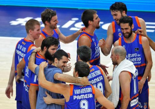 Los jugadores de Valencia Basket celebran su victoria sobre Herbalife Gran Canaria.