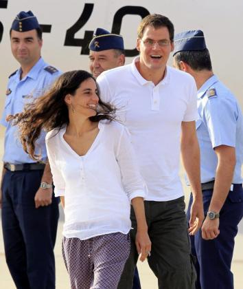 Ainhoa Fernández de Rincón y Enric Gonyalons, los dos cooperantes españoles liberados ayer en Mali tras nueve meses de secuestro, a su llegada esta tarde a la base aérea de Torrejón de Ardoz (Madrid).