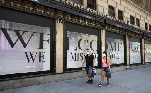 Dos personas caminan por la quinta avenida de Nueva York.