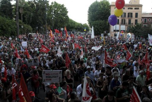 Miles de personas han protestado en Palma contra los recortes de Rajoy.