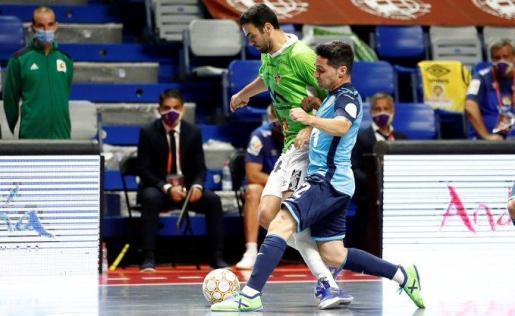 El jugador del Palma Futsal intenta marcharse del futbolista del Movistar Inter Borja en un momento de la primera semifinal por el título de la Liga Nacional de Fútbol Sala disputada en el Martín Carpena de Málaga.