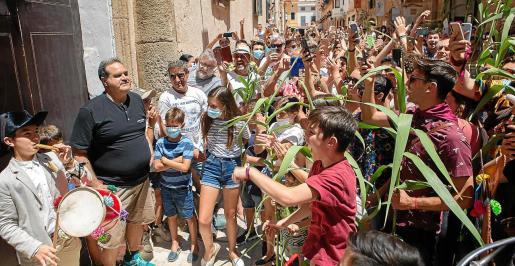 Medio millar de personas se aglomeraron en cas caixer senyor para el primer toc de las fiestas de Sant Joan, de Ciutadella.