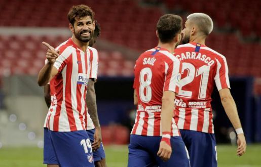 El delantero brasileño del Atlético de Madrid, Diego Costa, celebra el segundo tanto de su equipo ante el Alavés este sábado en el partido de la 32ª jornada disputado en el Wanda Metropolitano.