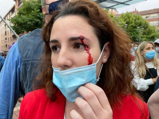 La diputada de Vox Rocío de Meer durante un acto de campaña en la localidad vizcaína de Sestao, donde fue agredida.