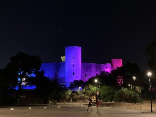El Castell de Bellver con los colores de la bandera del arco iris por el Día del Orgullo.
