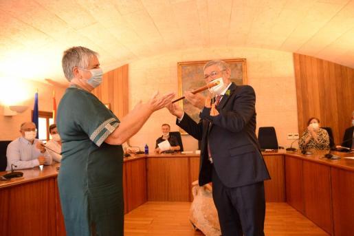 Katia Rouarch ha entregado la vara de mando de Andratx a Joan Manera, nuevo alcalde de Andratx.