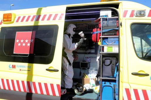 Un trabajador desinfecta el interior de una ambulancia tras el traslado de pacientes al hospital Severo Ochoa de Leganés.