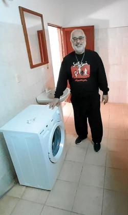 Toni MIró, en las dependencias del albergue que ha construído.