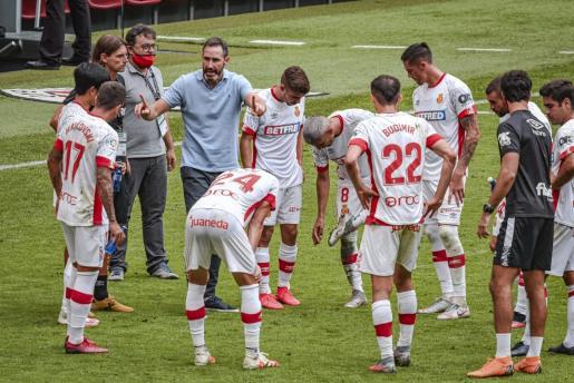 Los jugadores del Real Mallorca atienden a las instrucciones de Vicente Moreno en una pausa de hidratación durante el partido ante el Athletic Club en San Mamés.
