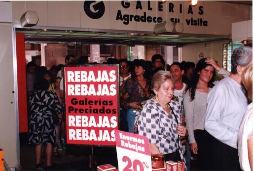 Las rebajas del cierre de Galerías Preciados tuvieron un notable éxito de público, como evidencia la foto.