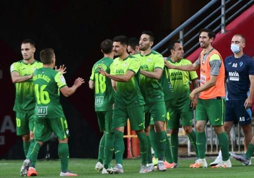 Los jugadores de la SD Eibar celebran el gol de Kike García, segundo del equipo ante el Granada CF, durante el partido correspondiente a la jornada 32 de LaLiga Santander que se disputa este domingo en el Nuevo Estadio Los Cármenes.