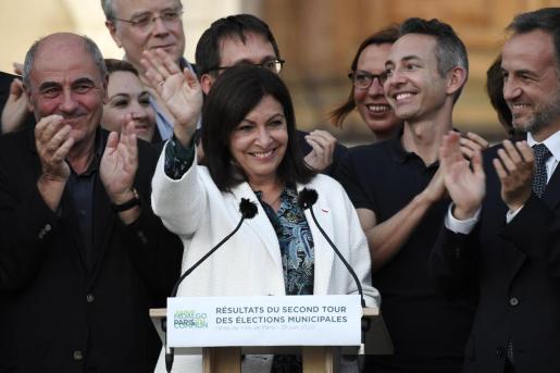 La española Anne Hidalgo continuará como alcaldesa de París.