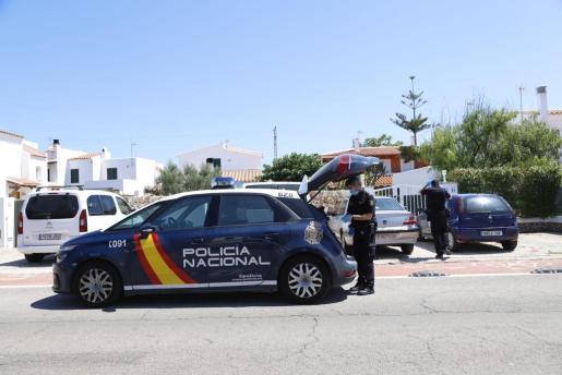 La policía ante la vivienda en la que vivía la familia y han tenido lugar los hechos.