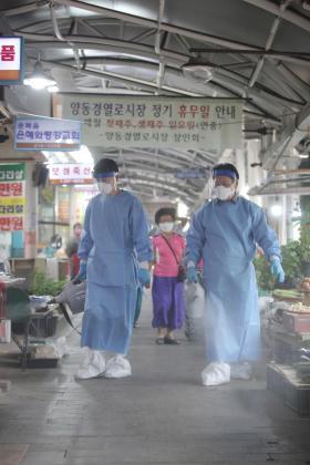 Trabajadores desinfectan un mercado tradicional en Gwangju, Corea del Sur.
