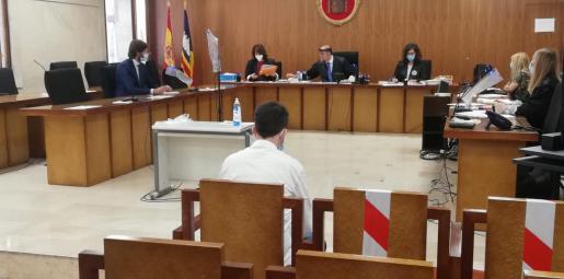 El acusado, de espaldas, este lunes durante la vista celebrada en Palma.