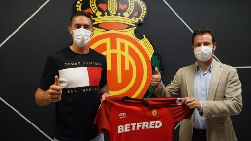 Antonio Raíllo, a la izquierda, junto a Pablo Ortells, director de fútbol del Real Mallorca.