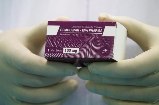 El Remdesivir es un antiviral que ralentiza la producción de nuevas partículas de virus.