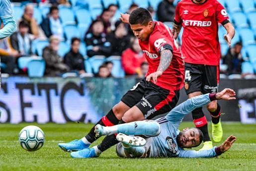 Rafinha intenta frenar el avance del Cucho Hernández durante el partido de la primera vuelta, disputado en el estadio de Balaídos.