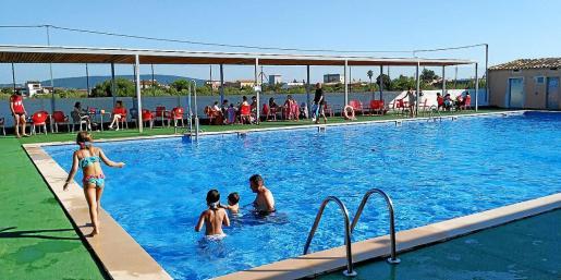 Este es el aspecto que presentaba la piscina ayer, únicamente con 18 personas de las 75 que permite el aforo.