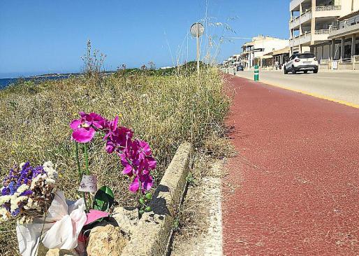 Flores en el lugar donde murió atropellada Paula Fornés.