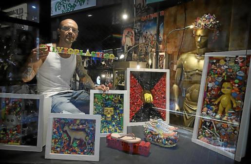 Silvio Plástico, con el conjunto de obras expuestas en el escaparate de Pasatiempos.