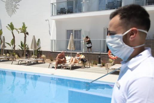 Primeros turistas en un hotel de la Playa de Palma, el Riu Concordia, disfrutando del sol.