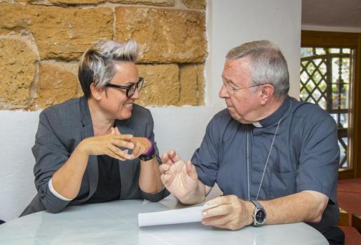 Imagen del encuentro entre el obispo y la concejal.