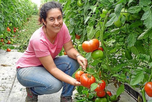 La técnico agrícola Caterina Maura explica cómo realizan las producciones en la finca de Can Mora.