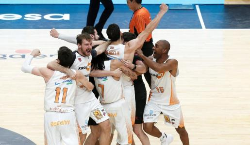 Los jugadores del Kirolbet Baskonia celebran su victoria en la final de la Liga Endesa al imponerse al Barça en el pabellón de la Fuente de San Luis de Valéncia.