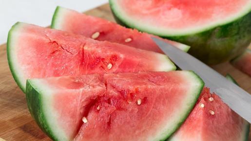 La sandía es una de las frutas de temporada en julio.