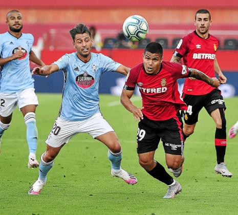 El Real Mallorca tuvo un gran nivel de acierto en su partido ante el Celta. El Cucho Hernández -sobre estas líneas pugnando con el centrocampista celeste Kevin Vázquez- logró su tercera diana.